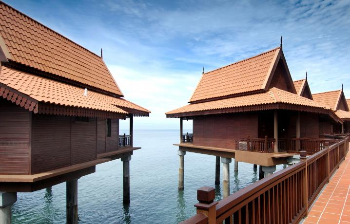 Premier Chalet on Water – Facade at Day