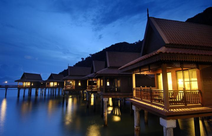 Premier Chalet on Water – Facade at Night